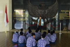 Santri Aldepos Boarding School menyimak tentang penjelasan Museum kepresidenan