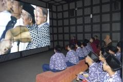 Menyaksikan tayangan film tentang presiden di Ruang Audio Visual