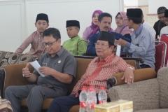 (kiri) Bapak Camat Tenjolaya dan (kanan) Pembina Yayasan Suwarna Abdul Fatah, Bapak Dr.(HC). H. Suwarna Abdul Fatah
